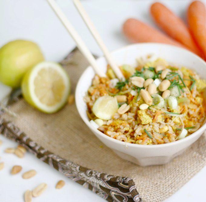 {Rezept} Vegetarische Asia-Reispfanne mit Tofu, Karotten und Erdnüssen