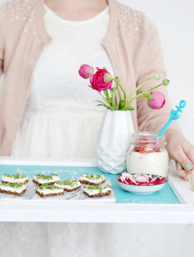 {Muttertag} Frühstück am Bett mit DIY-Tablett und Herz-Schnittchen