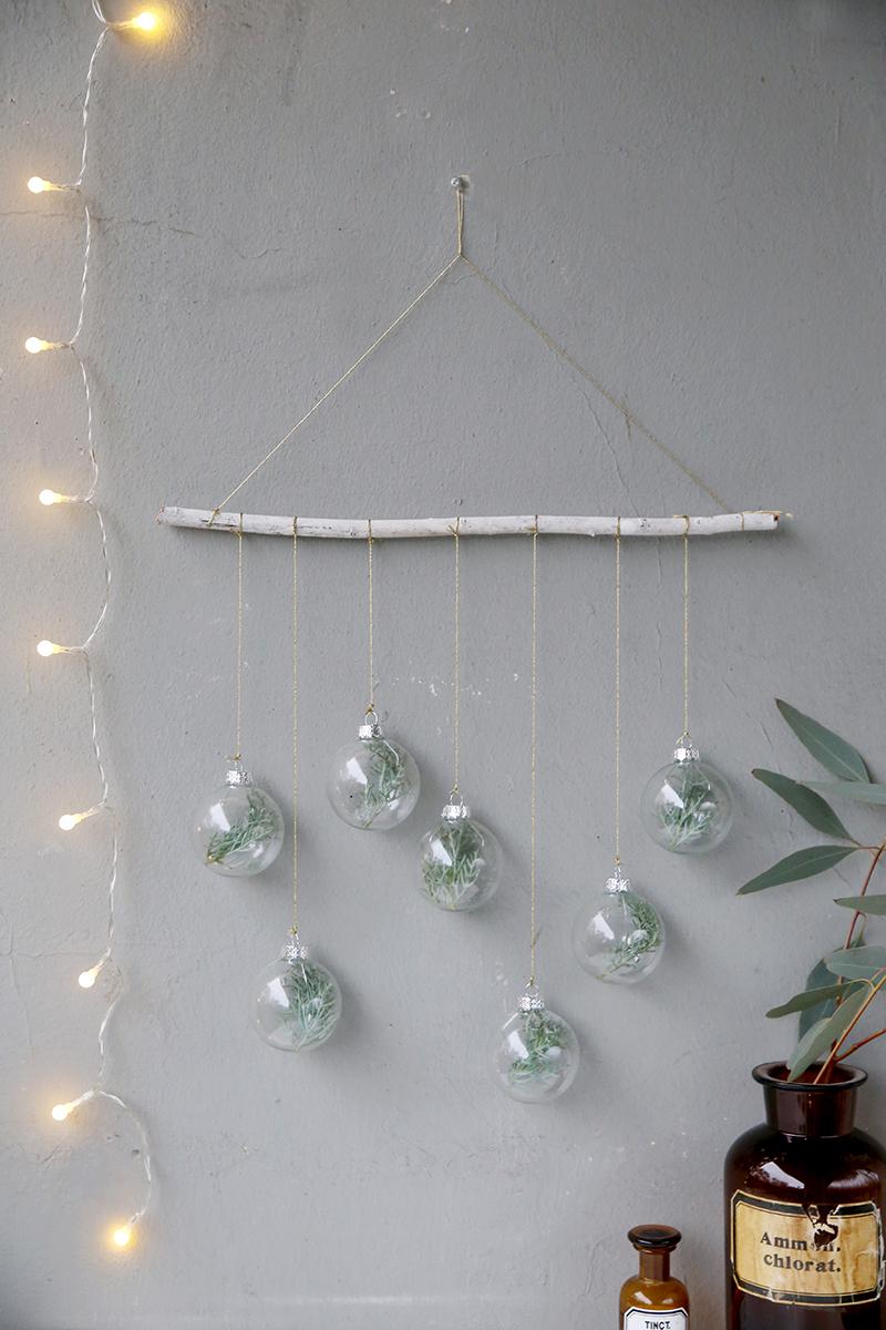 diy blogging under the mistletoe weihnachtlicher wandschmuck mit tannen kugeln mein feenstaub. Black Bedroom Furniture Sets. Home Design Ideas