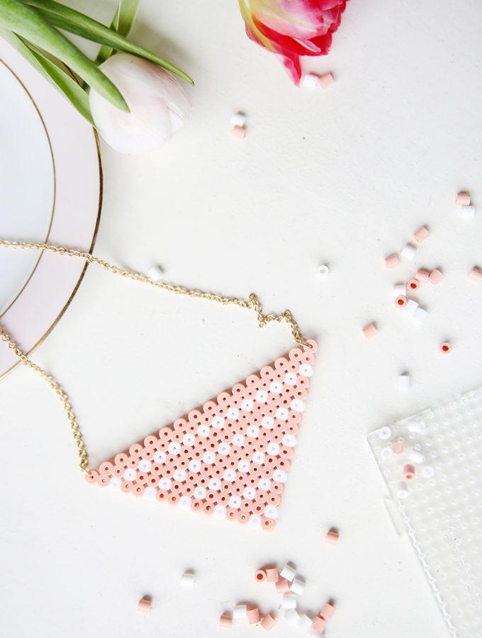 {DIY} Bügelperlen-Kette in Weiß und Rosa