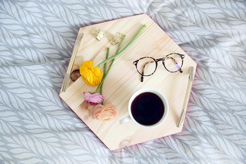 Kreative DIY-Idee zum Selbermachen: Hexagon-Tablett mit rosa Rand aus Holz aussägen