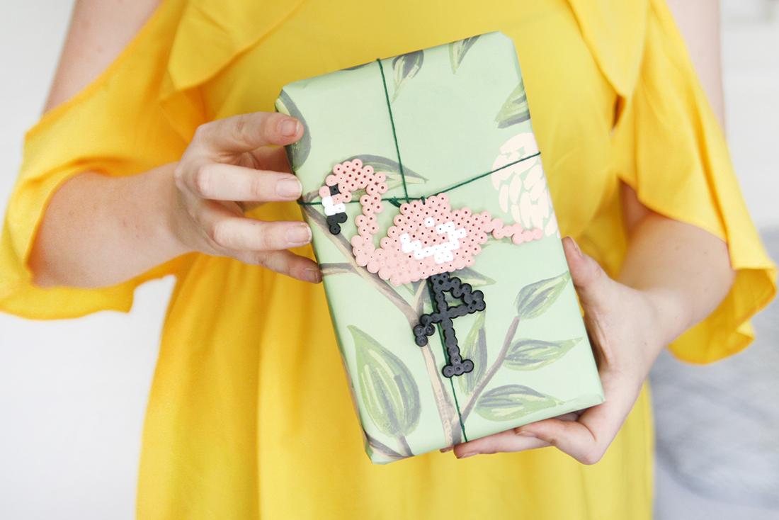 Geschenk verpacken mit DIY Flamingo-Anhänger | mein feenstaub