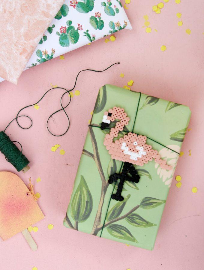 Geschenk verpacken mit DIY Flamingo-Anhänger