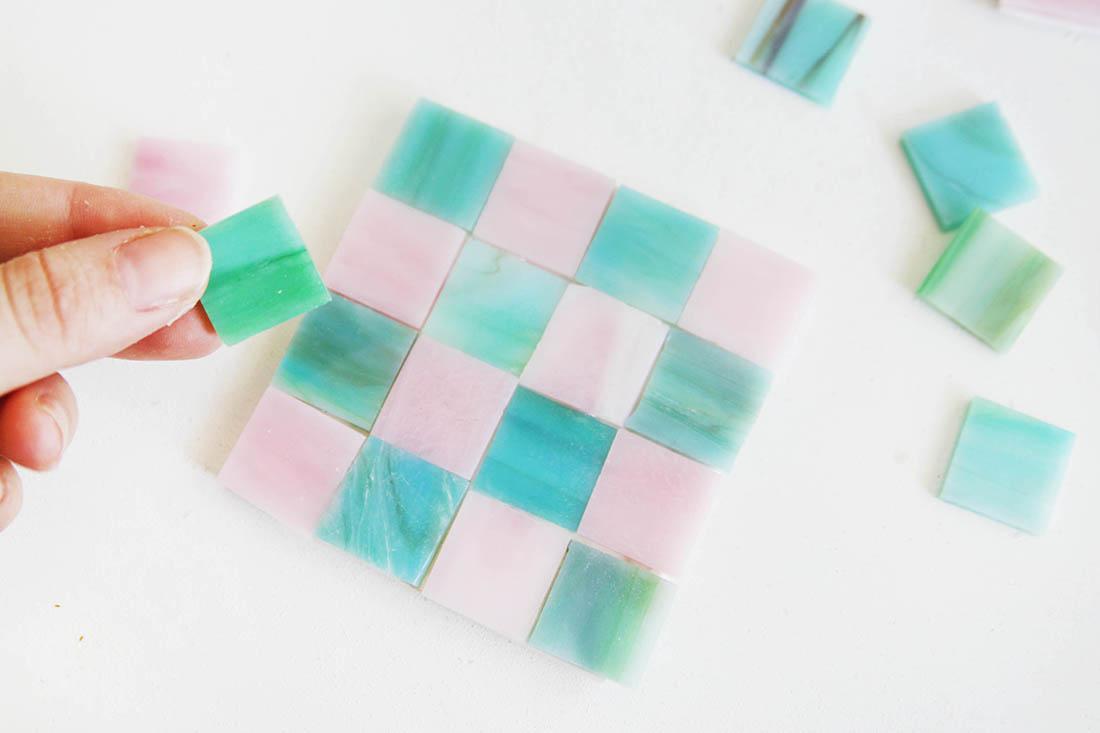 DIY Mosaik-Untersetzer selbstgemacht aus Zement und bunten Mosaiksteinen