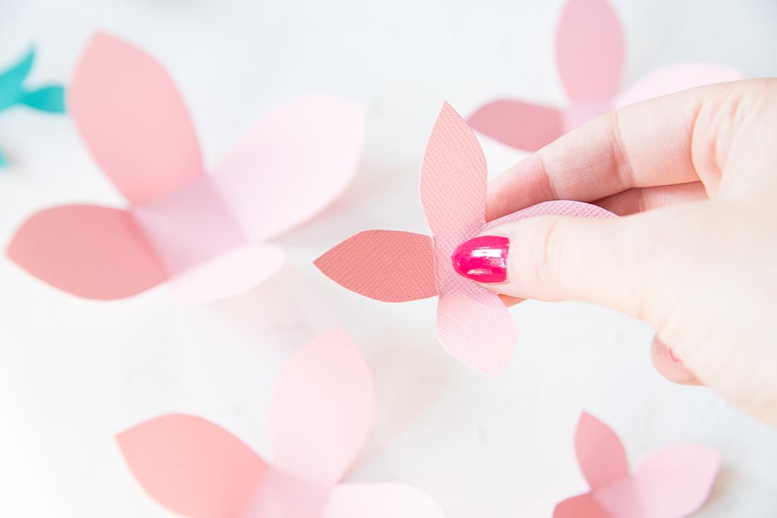 DIY Geschenk mit Papier-Blumen kreativ verpacken | DIY Tutorial