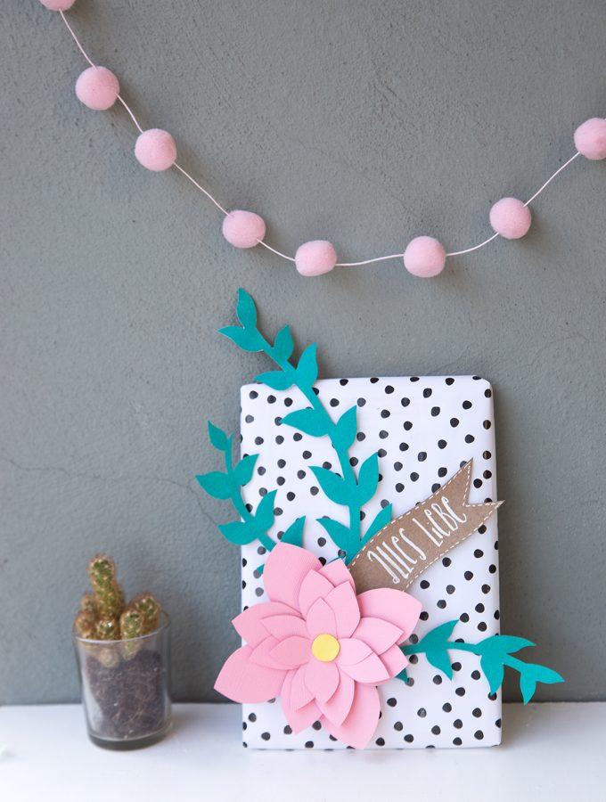 DIY: Geschenk mit Papier-Blumen | mit Freebie-Vorlage