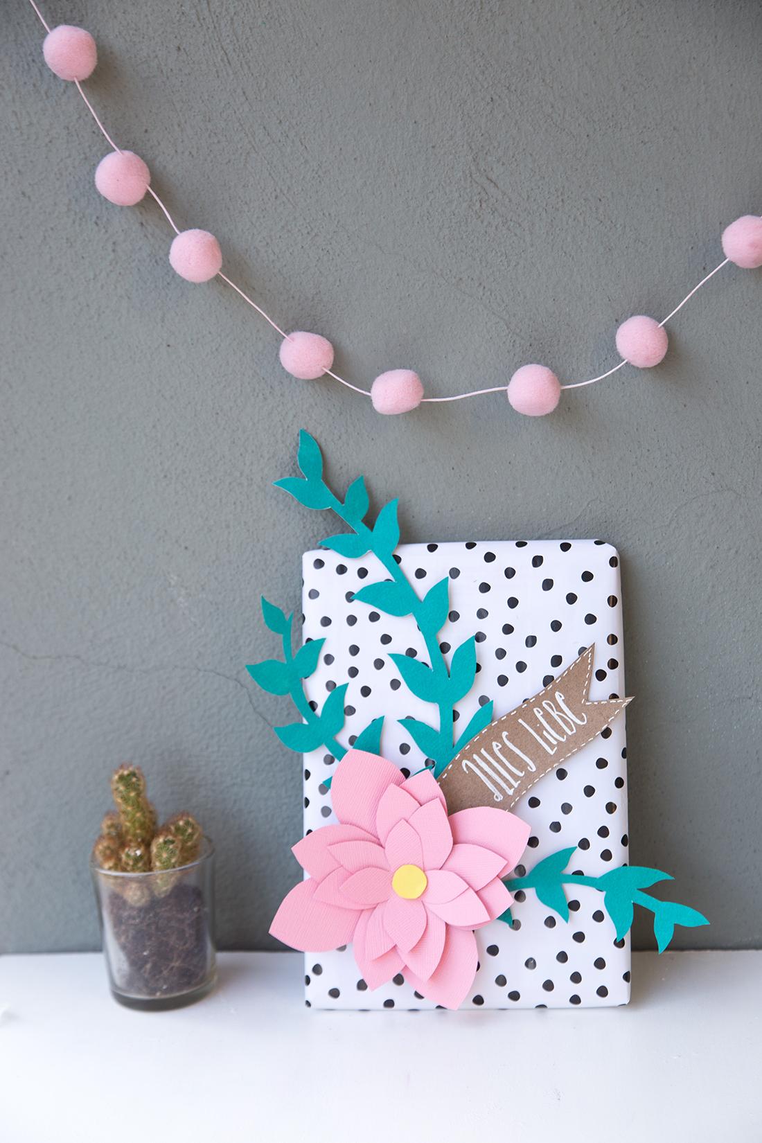 diy geschenk mit papier blumen kreativ verpacken diy tutorial. Black Bedroom Furniture Sets. Home Design Ideas