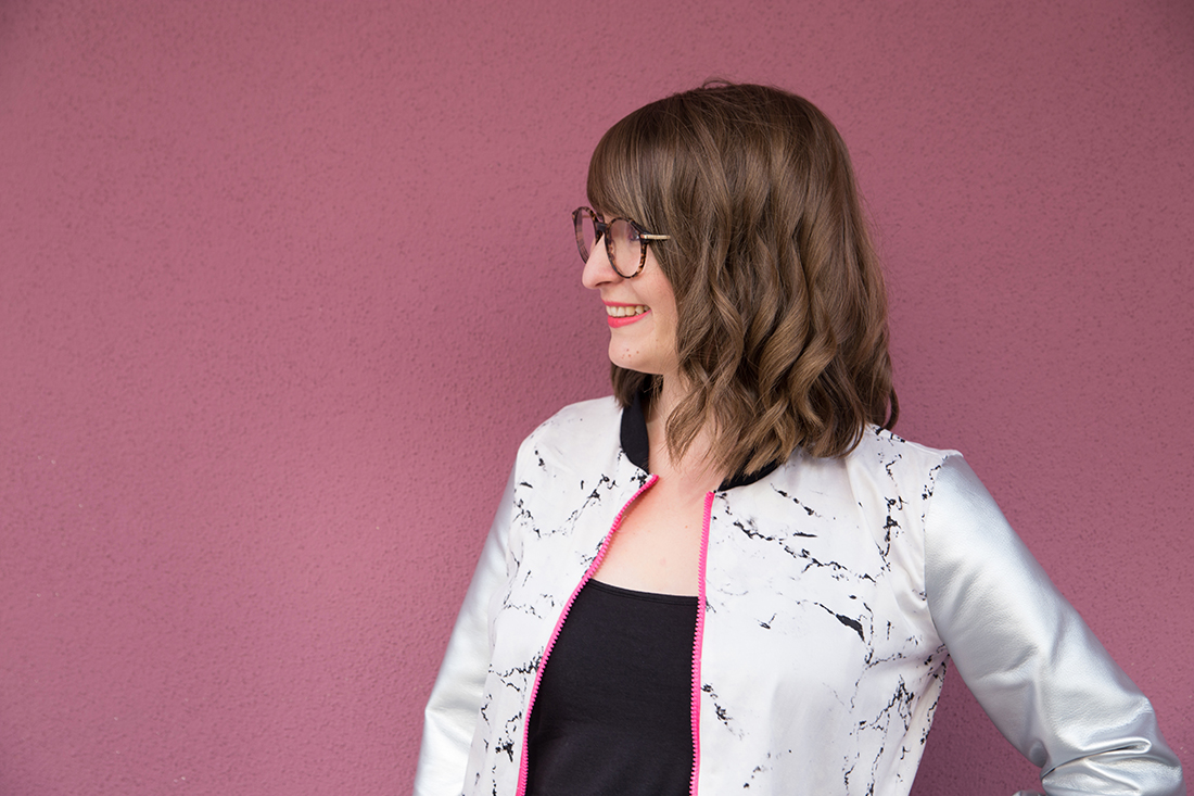 Blousonjacke nähen: Schnittmuster für eine Blousonjacke mit Ärmeln aus Kunstleder - Marmorstoff kombiniert mit silbernem Kunstleder