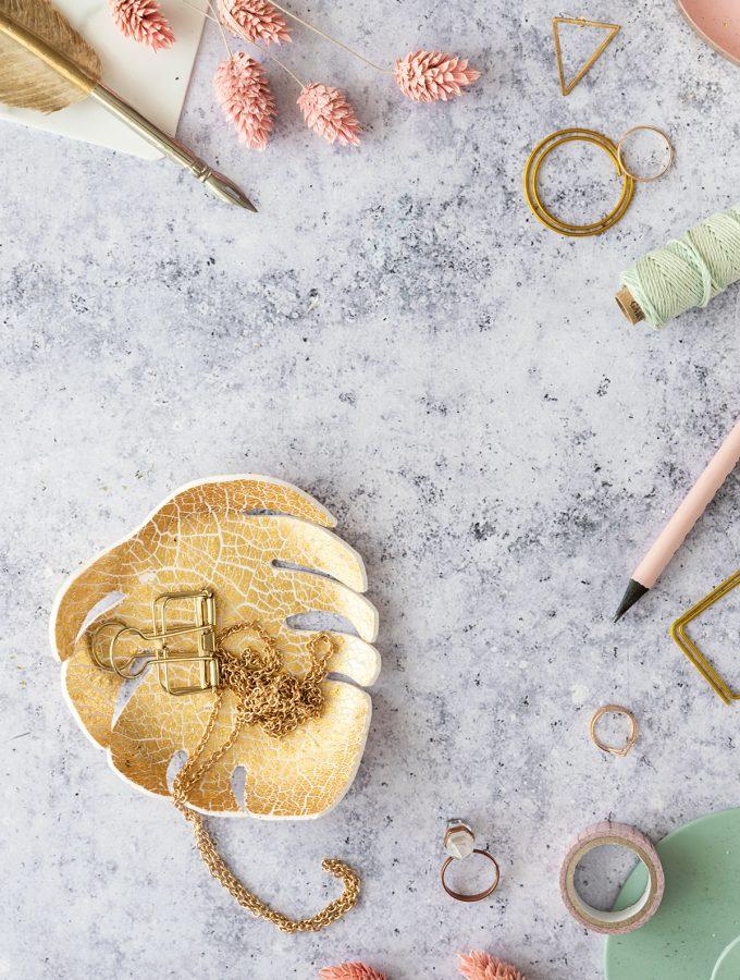 DIY Monstera-Schale aus FIMO mit Krakeliereffekt in Gold