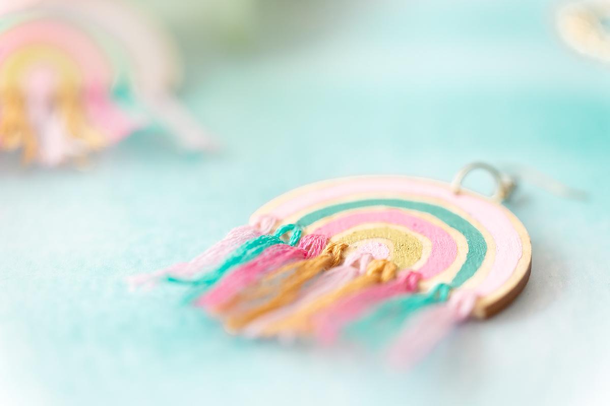 DIY: Regenbogen-Ohrringe im Boho-Stil selbst machen