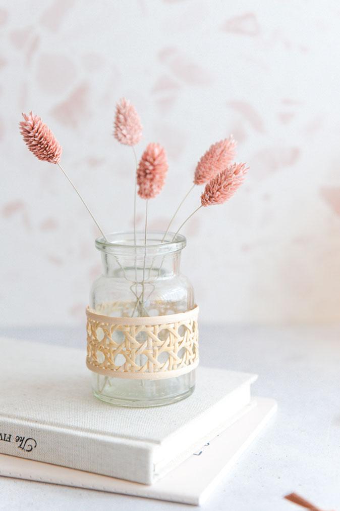 Kreative DIY-Idee zum Basteln: DIY-Vase mit Wiener Geflecht als selbstgemachtes Upcycling zum Basteln mit Schritt-für-Schritt-Anleitung